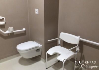 Salle de douche pour le résident